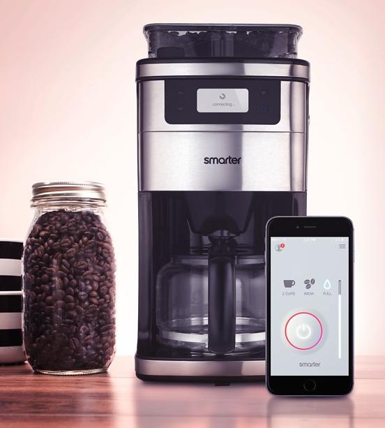 une cafeti re connect e qui utilise des grains moulus la demande. Black Bedroom Furniture Sets. Home Design Ideas