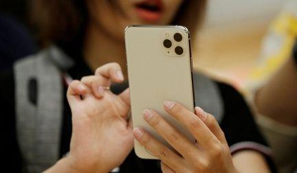 Smartphone dans les mains d'une femme