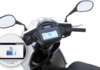 Un scooter électrique avec tableau de bord iOS
